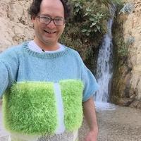 这个歪果小哥太逗了,去哪儿都穿着跟风景一毛一样的毛衣