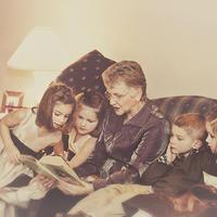 你会给孩子讲祖辈的故事吗?心理学家认为这种做法很好