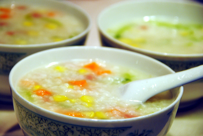 炎炎夏日里的一碗玉米蔬菜火腿粥